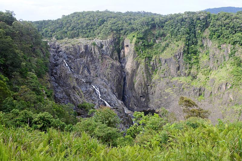 岩肌の間を流れる滝を静かに眺める。雨季は鑑賞のベストシーズンで水量はさらに多くなるとのこと