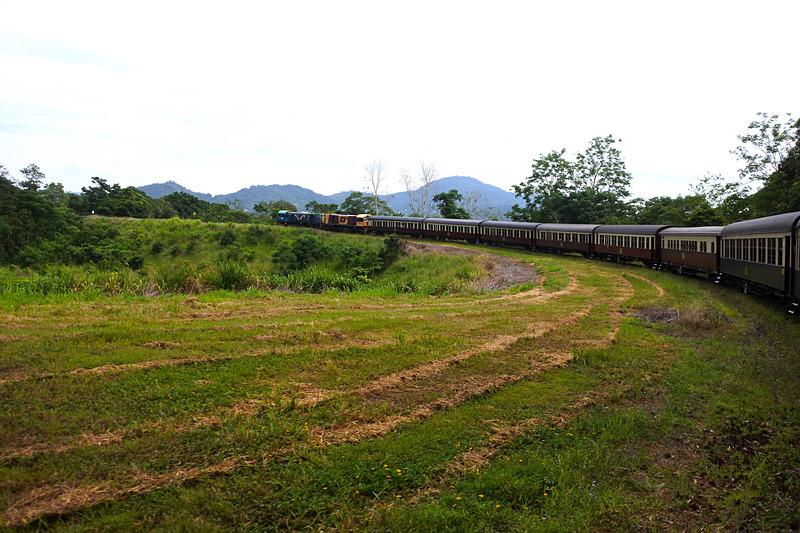 キュランダ観光鉄道の列車全景を見ることができる大カーブ「JUNGARA」。先頭車両までしっかり見える
