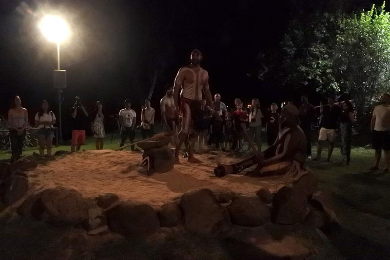 「Lakeside Fire Ceremony」が始まると参加者はステージの周辺に集まる