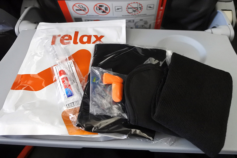 「Comfort Pack」はブランケットとセットになっている。中身は耳栓、靴下、ネッククピローにアイマスク、歯磨きセット
