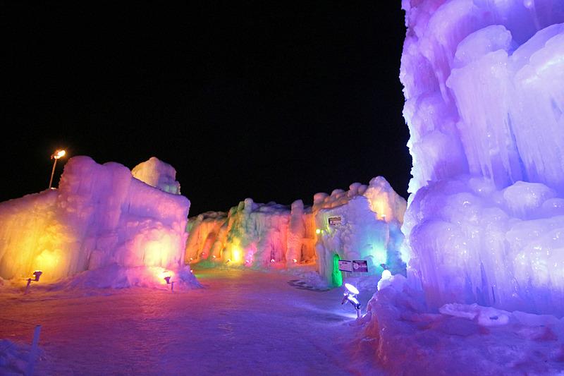 氷のオブジェがカラフルにライトアップされた世界が広がる