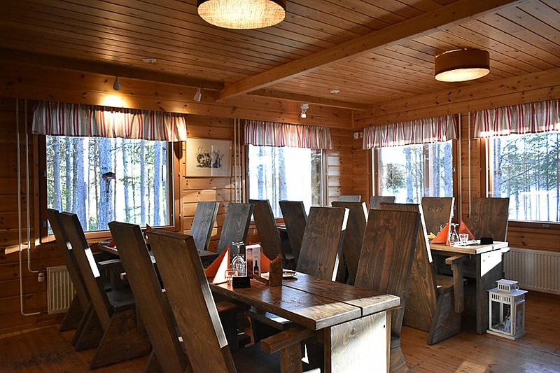 レセプション隣にあるレストランで、その名も「REVONTULI(フィンランド語でオーロラ」という地ビールをいただきました