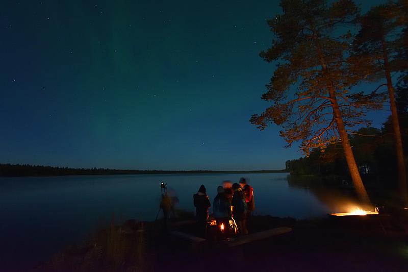 撮影していたのは湖のほとりのこんな場所。まだうっすらオーロラが見えるのがわかりますか?