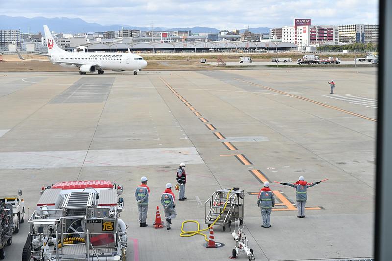 使用機材であるボーイング 737-800型機(登録記号:JA325J)が到着
