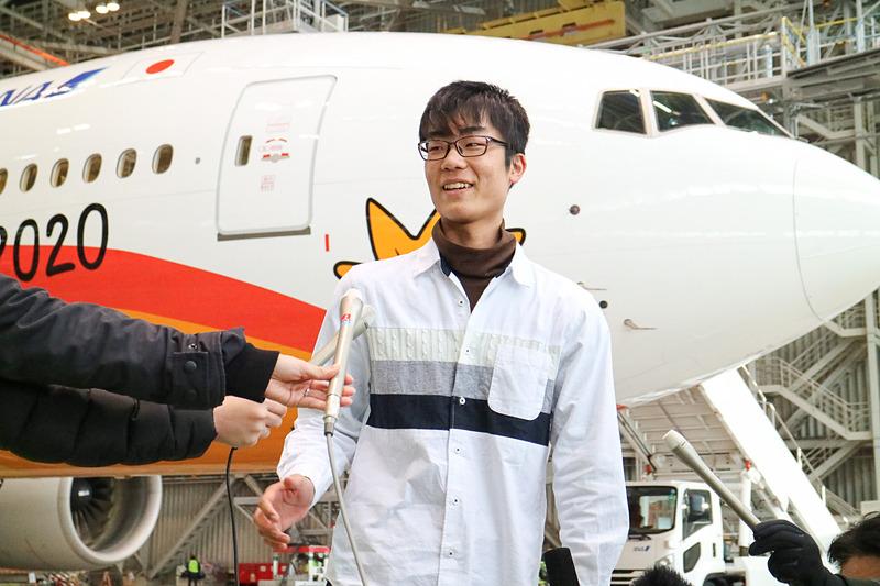 「HELLO 2020 JET」の前で取材に応える松本朝陽さん