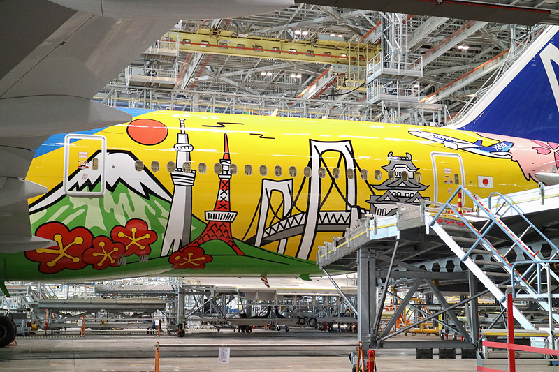 「HELLO 2020 JET」のデザインについて平子氏は、「日本を代表する自然や構築物、各種スポーツの競技者のシルエットを組み合わせたまことにダイナミックな、鮮やかな色使いはまるで日本の明るい未来を予感させるようなデザインになりました」とコメント。この特別塗装機は東京2020オリンピック・パラリンピック終了まで運航する。ちなみに機内インターネット「ANA Wi-Fi Service」(4月から無料提供予定)対応機材だ