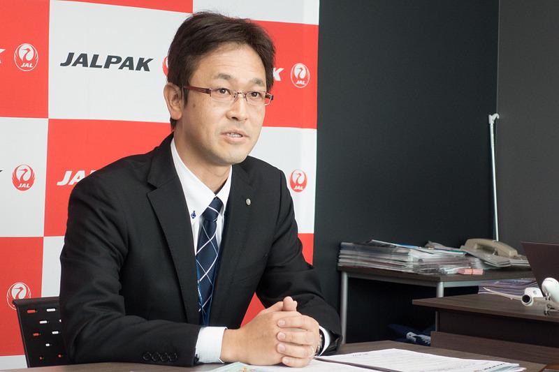国内商品について説明する、国内業務部 国内業務グループ長 安達健太郎氏