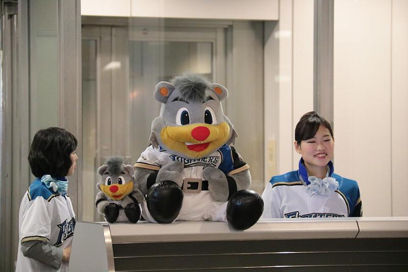 選手たちを待つ成田空港第1ターミナルの51番ゲート