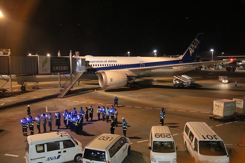 駐機場からの見送りを準備していたANAスタッフたち。残念ながら機材変更による出発遅れのため、今回の見送りは中止となった