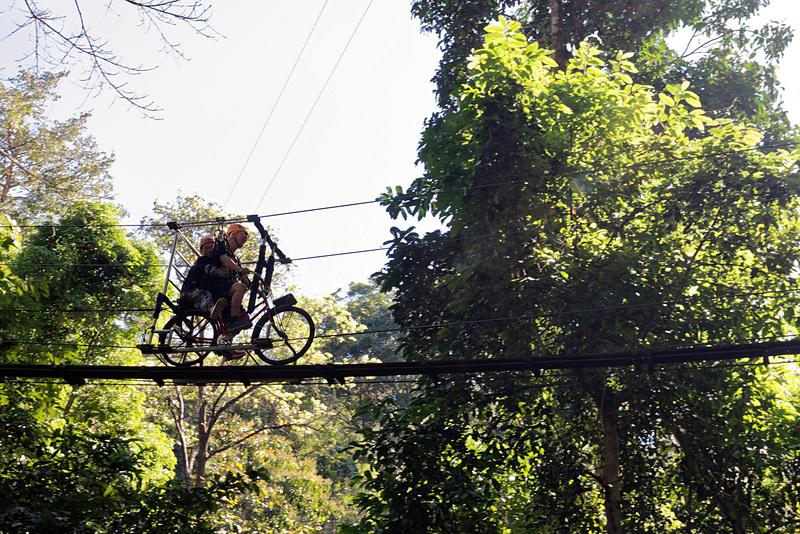 タイ・チェンマイでジャングルを飛びまわるハードなアクティビティを楽しむ