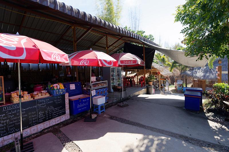 ショップやレストラン、カフェが営業している