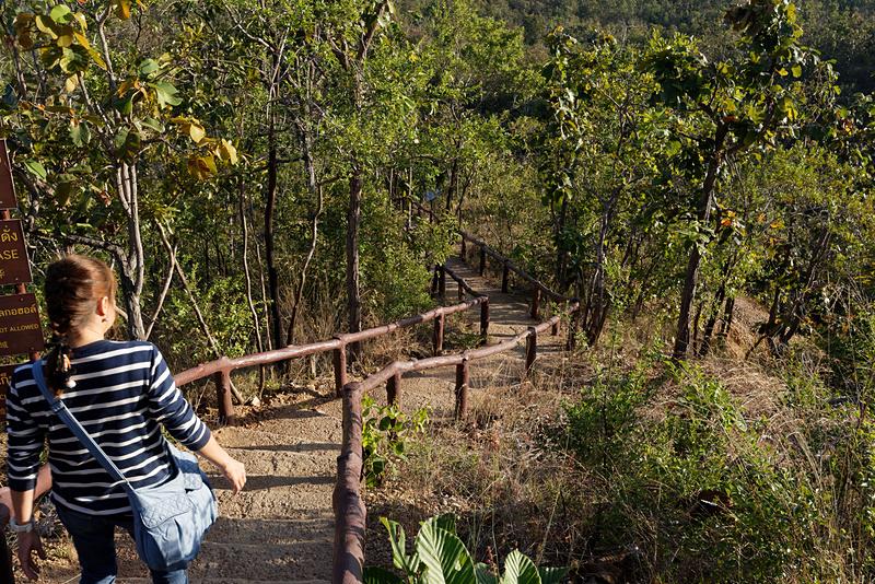 いったん階段を降り、干上がった川をしばらく歩く