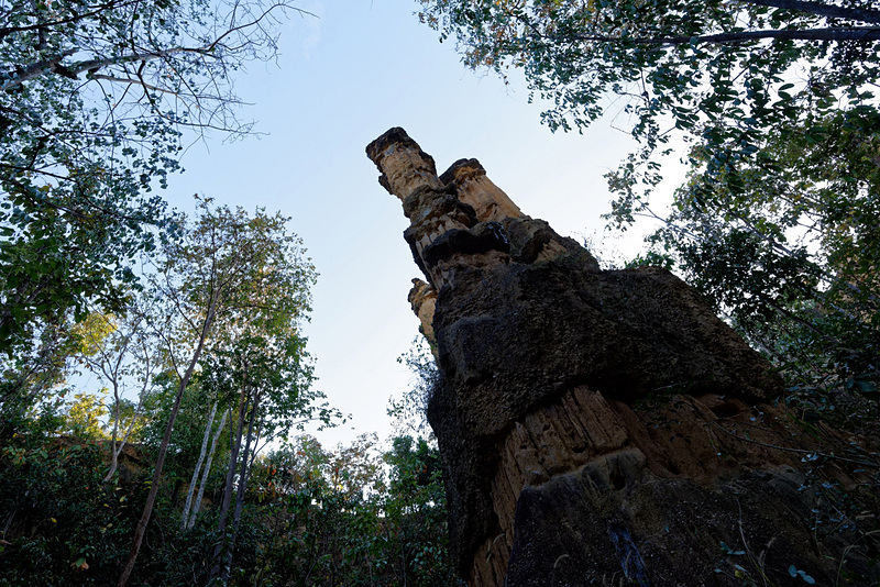 崖に背を向けると柱のようなものが。その形から「ロマン(ロマネスク)の柱」と呼ばれているようだ