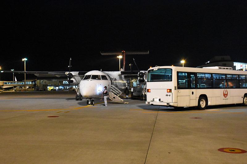 乗客を到着ロビーへ運ぶランプバスが到着