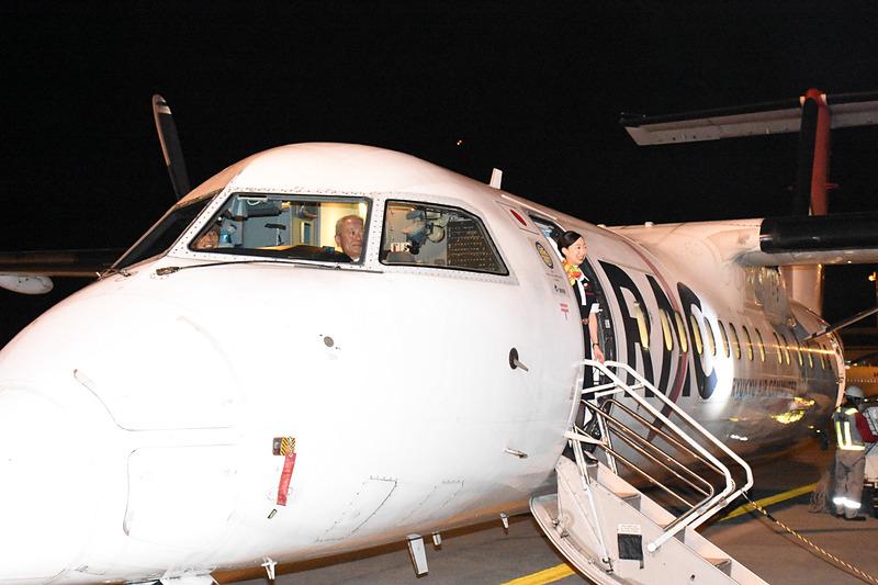 機長の上原氏、副操縦士の本村氏、CAの仲宗根氏も乗客を見送る