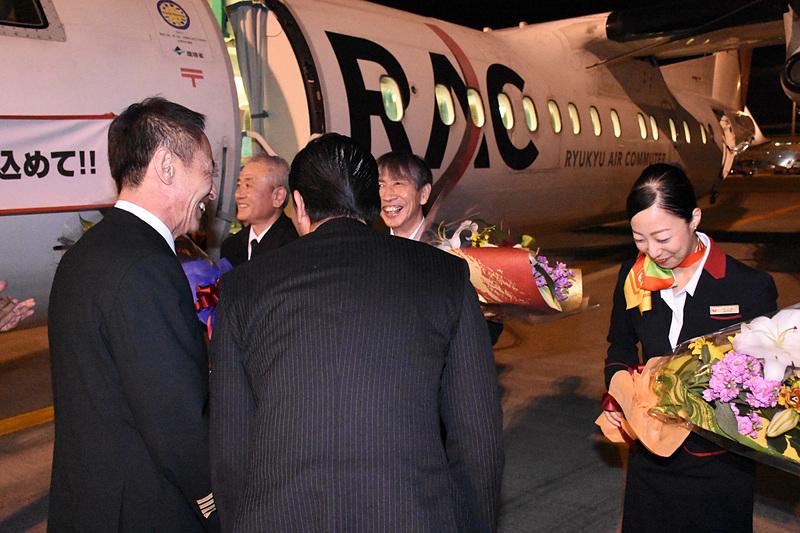 乗務員3名に花束を贈呈した