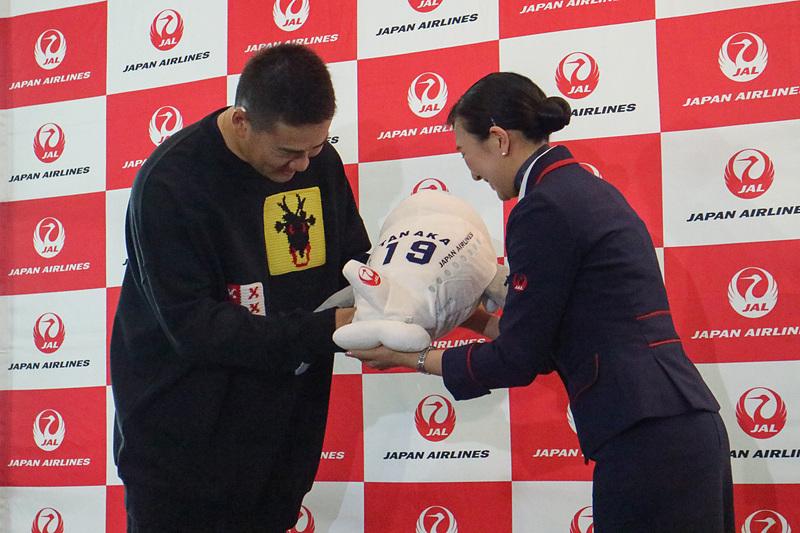 JALスタッフから記念品を受け取る田中将大選手