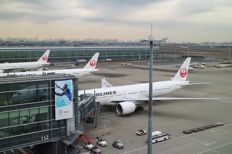 112番スポットに駐機するJL006便、ボーイング 777-300ER型機(登録記号:JA735J)