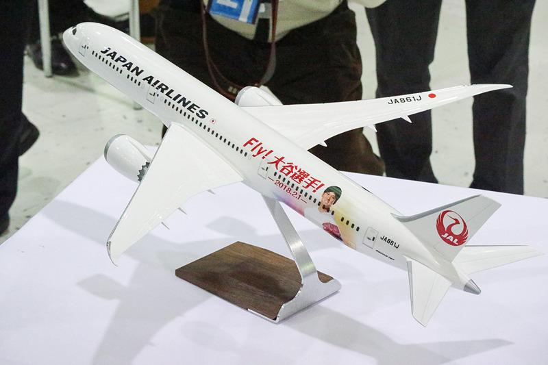 約60cmの巨大クレープと、大谷翔平選手の顔写真をプリントしたモデルプレーン(ボーイング 787-9型機、登録記号:JA861J)が贈られた