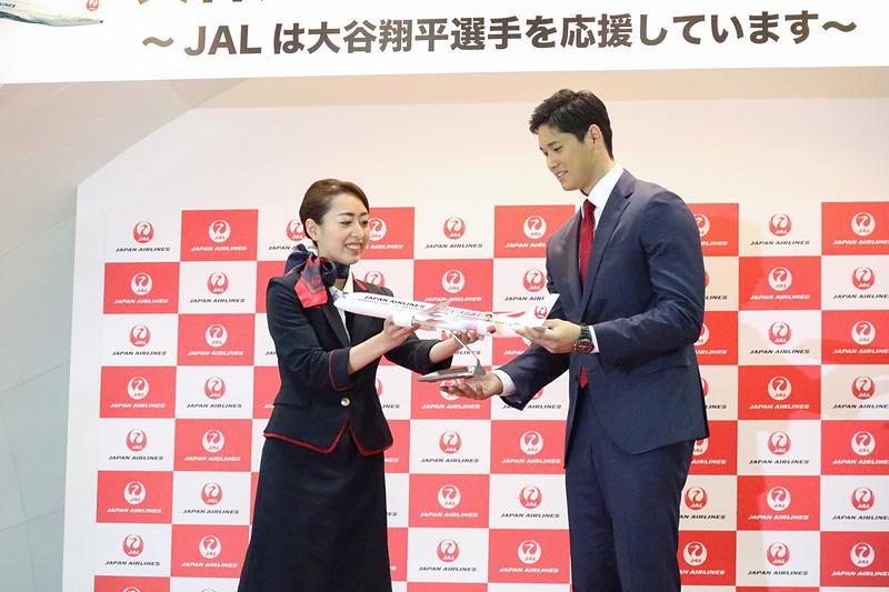 会場に現われた大谷翔平選手に、JALから約60cmの巨大クレープとモデルプレーンが贈られた