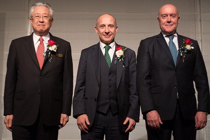 アリタリア-イタリア航空 アジア・パシフィック地区 マッシモ・アッレーグリ氏(右)も加わって、3人でテープカットを実施