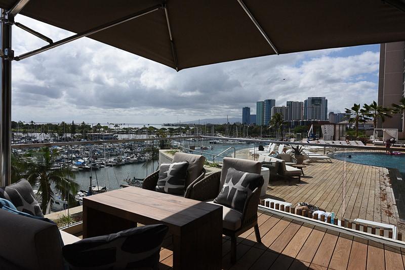 ラウンジ内からの風景。オープンエアでハワイの風景を楽しめる