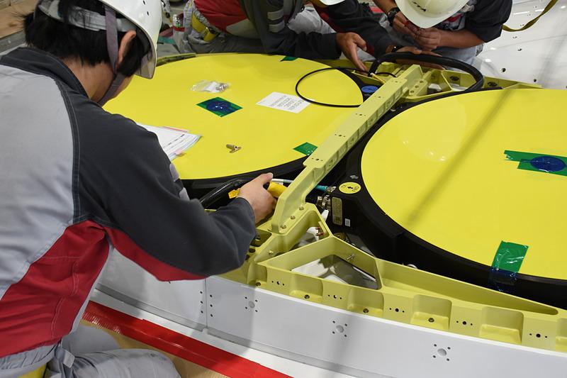 機体内部からのケーブルをアンテナに挿し込んでいく