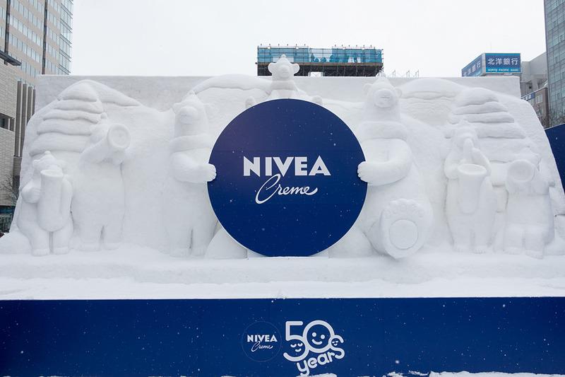 4丁目のニベア雪像。ニベアのブースは外国人旅行客に大人気となっていた