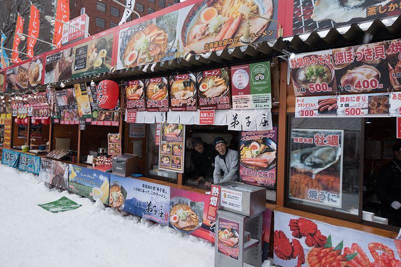 会場内には、北海道の食などが楽しめる各種屋台が出展。温かいアルコール類も販売されている