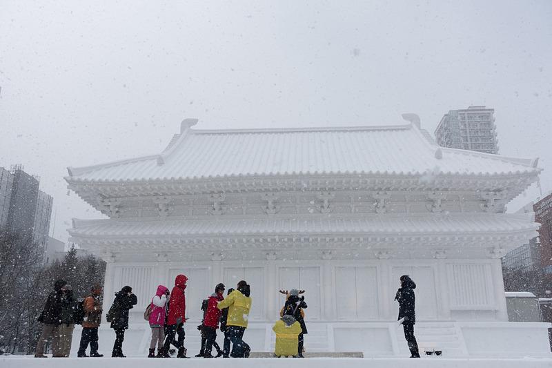 8丁目の大雪像「奈良・薬師寺 大講堂」。記念写真が撮影できるようになっていた