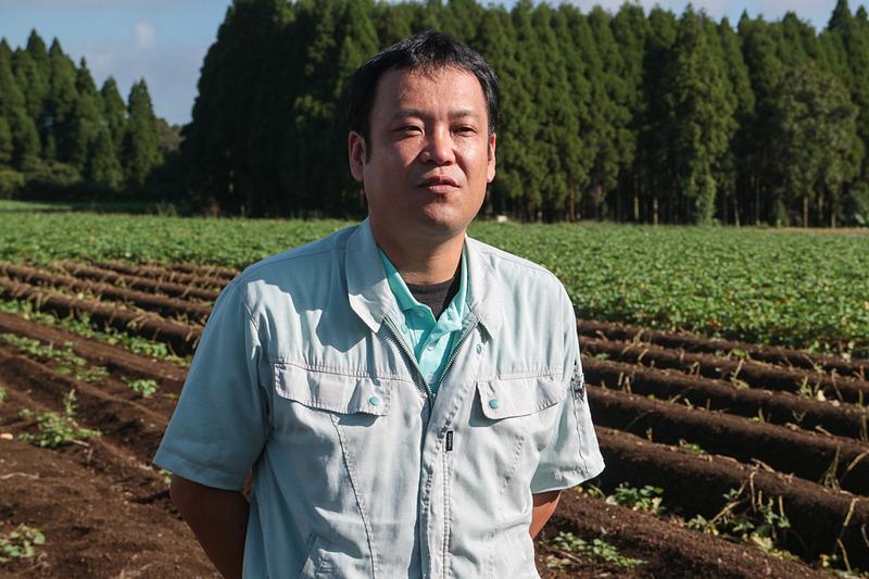 芋焼酎の原料に使用するサツマイモ「黄金千貫」について説明する霧島酒造株式会社 製造部の本部(ほんぶ)恭平氏