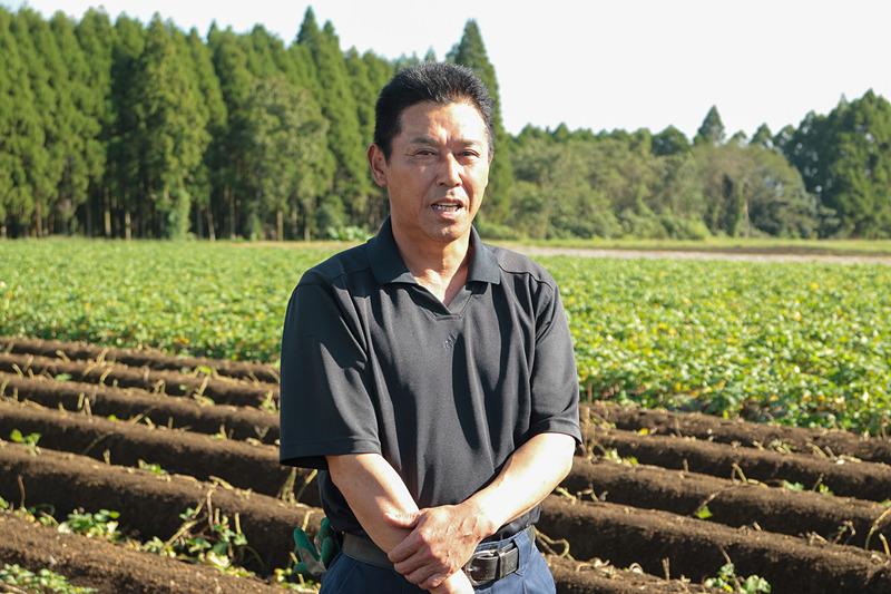 サツマイモと土壌の関係、収穫方法などについて説明する生産農家の森博幸氏