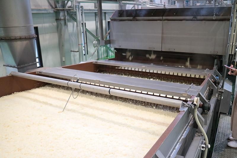 原料米の洗浄、浸漬、水切り後、「外硬内軟」の状態に蒸し上げる