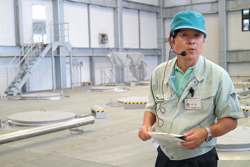 芋焼酎の製造工程を説明する霧島酒造株式会社 製造部の益田孝一氏