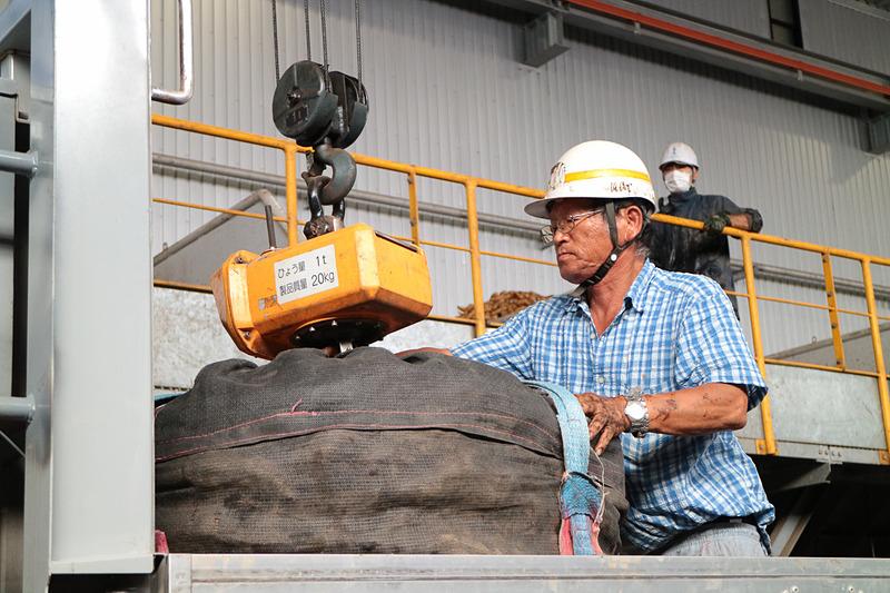 搬入される原材料のサツマイモ。多いときには1日約85トンのサツマイモが運び込まれる
