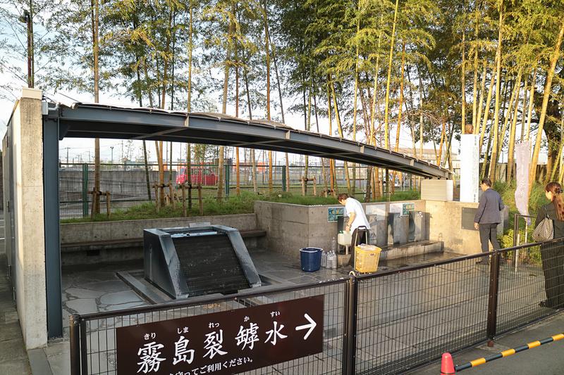 霧島裂罅水の水汲み場。営業時間内であれば無料で汲むことができ、地元の人たちが絶えず訪れていた