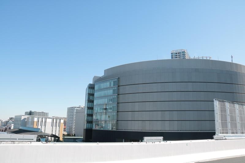 最高地点はゆりかもめの軌道の直上。隣の丸い建物は東京電力の変電設備とのこと