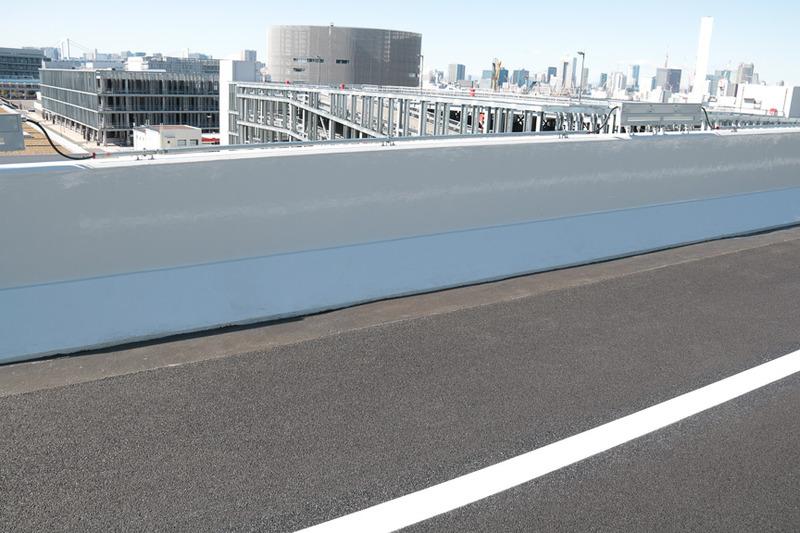 LED式高欄照明と排水性の良い高機能舗装。片側1車線ではあるが小型車両による照明点検や整備が行えるようになっている