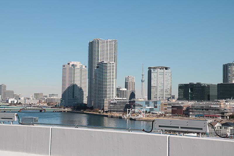 晴れた日には富士山や東京スカイツリー、東京タワーが眺められる。晴海や豊洲地区の高層マンションに灯りがともる時間にはきれいかもしれないが、脇見運転は禁物