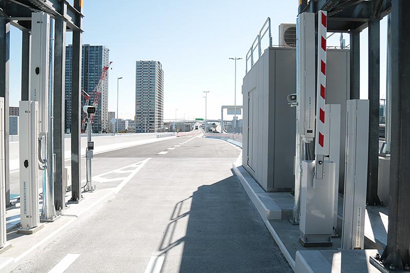 この料金所ゲート前の鉄板が過積載車両などを検知する重量計。ゲートの先にあるカメラでしっかり映像と合わせて記録される