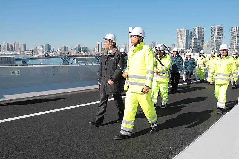 首都高の山口氏の説明を熱心に聞き、晴海線の最高地点まで歩いて視察していた