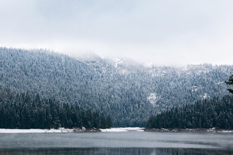 ドゥルミトル国立公園の「黒湖(Black Lake)」