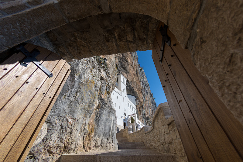 断崖にそびえ立つように建つオストログ修道院