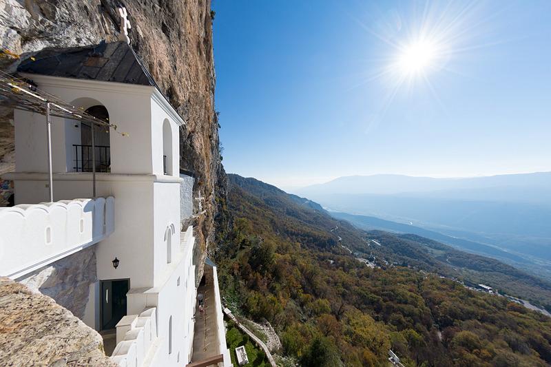 上層階に上ることも可能。断崖の足場に建つようなもので眺めは格別だ