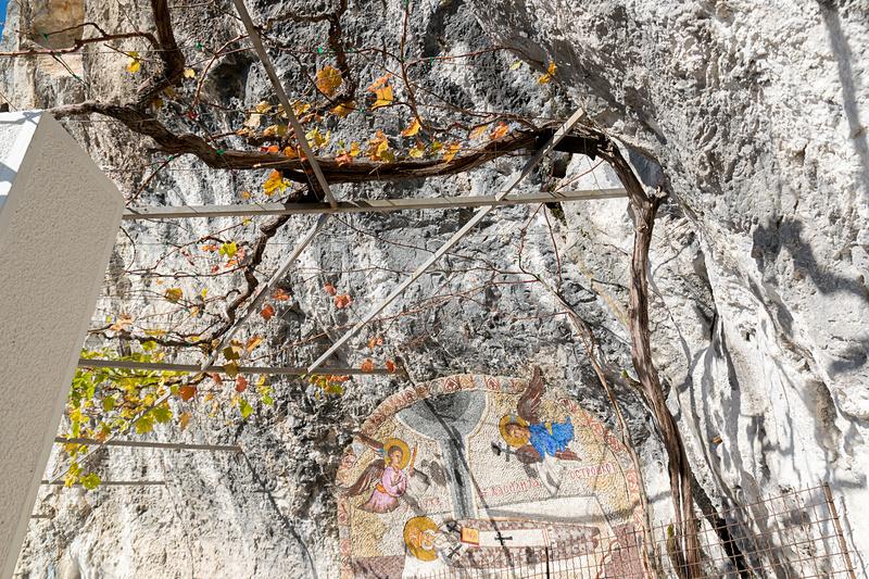 上から落とした赤子がケガ一つなかった(写真左)、崖からブドウが育つ(写真右)など数々の奇跡が伝えられている