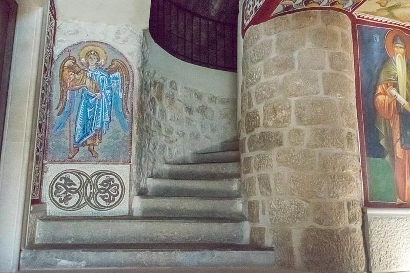 修道院のなかは数々のフレスコやモザイクで飾られている