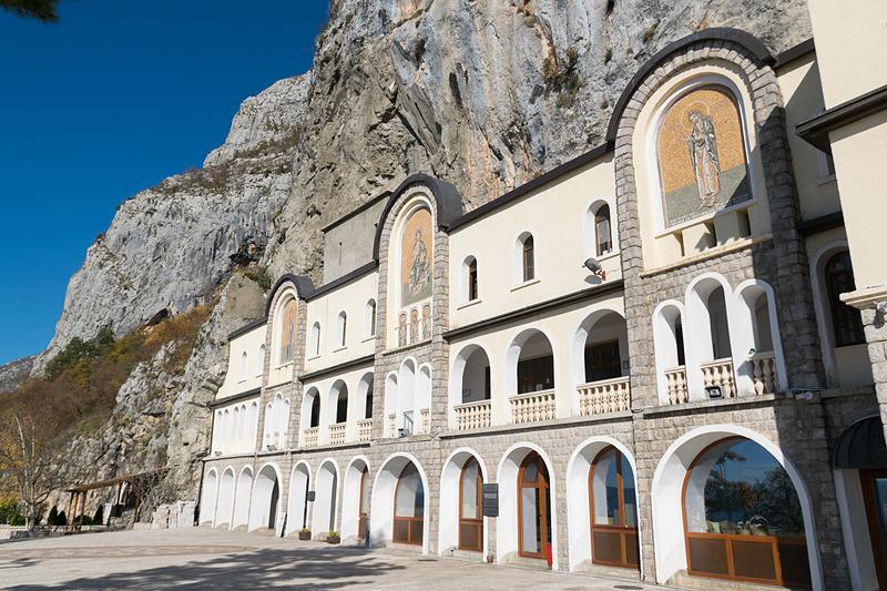 修道院の入り口にはお土産物屋さんなどが入った施設がある
