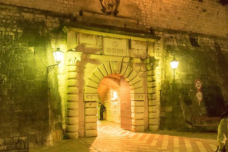 海側の門はロマネスク様式とバロック様式を取り入れた設計。ちなみに3つのうち旧市街の北側にある門がもっとも古いそうで10世紀建築とのこと