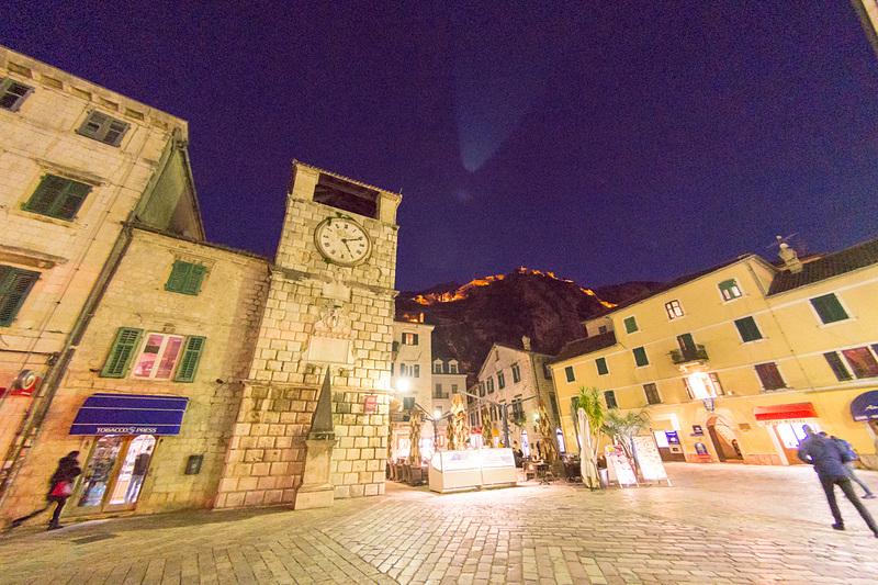 その海の門を抜けると、真正面にロマネスク様式の時計台が出迎えてくれる