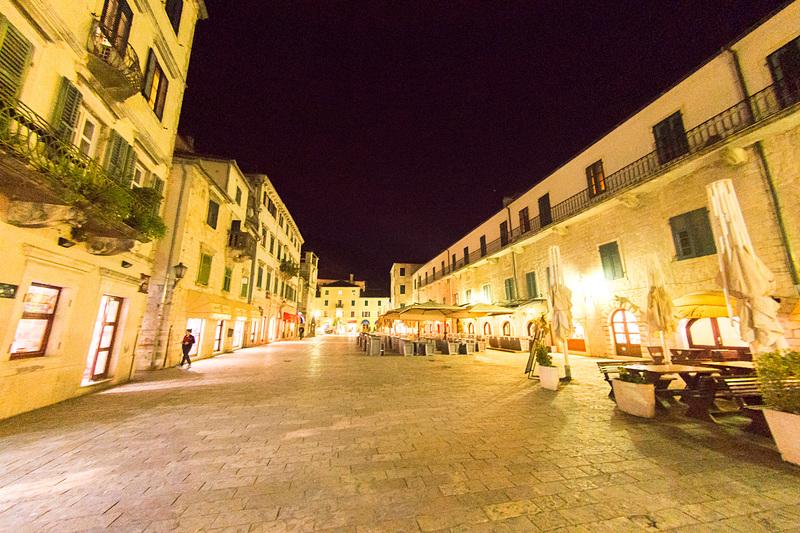 古い街並みを残すコトル旧市街。単なる観光施設ではなく、お土産物屋さんやレストラン、宿泊施設などがある生きた街だ
